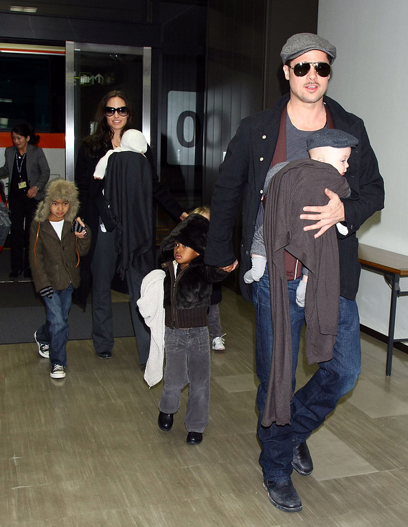 """. NARITA, JAPAN - JANUARY 27:  Actor Brad Pitt and Angelina Jolie arrive at Narita International Airport with their children (L to R) Maddox, Vivienne, Zahara and Knox on January 27, 2009 in Narita, Chiba, Japan. Brad is visiting Japan to promote his film \""""The Curious Case Of Benjamin Button\"""".  (Photo by Junko Kimura/Getty Images)"""
