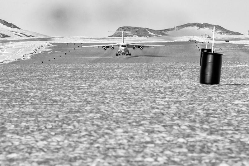 IL-76 Landing Keerean TV -1-14-18106978.jpg