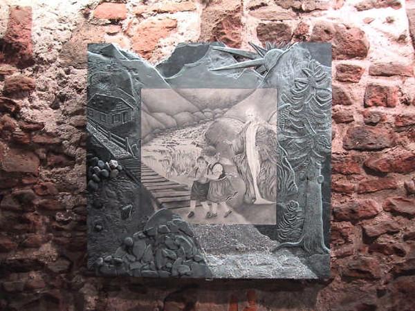 Relief in Schiefer mit Bleistiftzeichnung