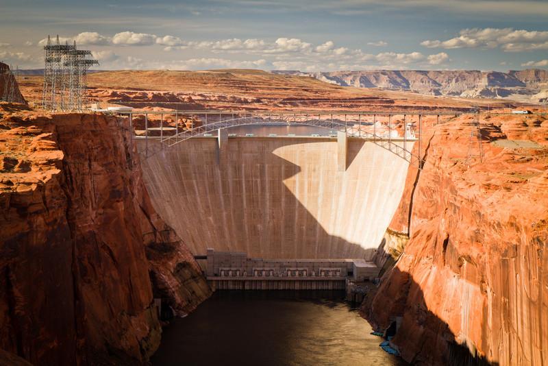 Glen Canyon Dam je přehrada na řece Colorado, která vytváří Lake Powell.