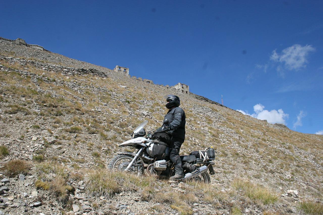 2014 De laatste haarspeldbochten naar Forte Jafferau op 2800 m. hoogte