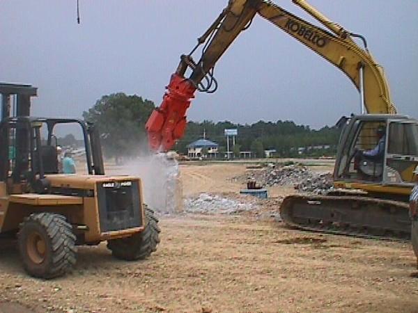 NPK M20G concrete pulverizer on Kobelco excavator-concrete crushing (21).JPG
