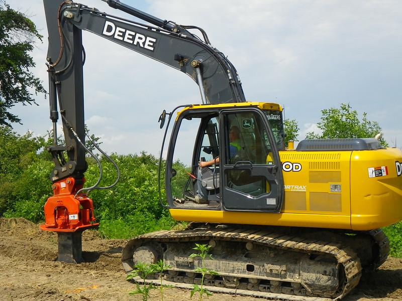 NPK C6C compactor with foot extension on Deere excavator-backfilling deep trench(4).JPG