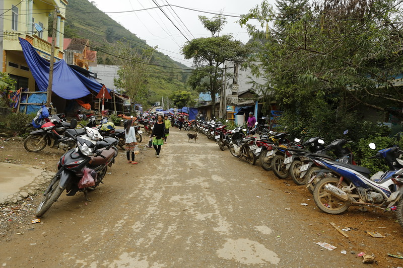 Main Street to the Lung Khau Ninh market.