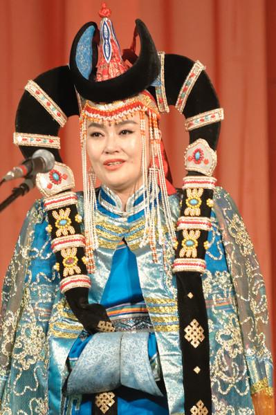 Typisch mongolischer Kehlgesang. Unglaubliche Töne können diese Leute damit hervorbringen.