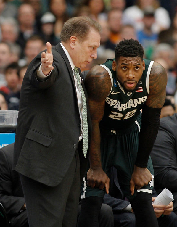 . Michigan State head coach Tom Izzo, left, talks to Branden Dawson (22) during the first half of a regional final against Louisville in the NCAA men\'s college basketball tournament Sunday, March 29, 2015, in Syracuse, N.J.  (AP Photo/Nick Lisi)
