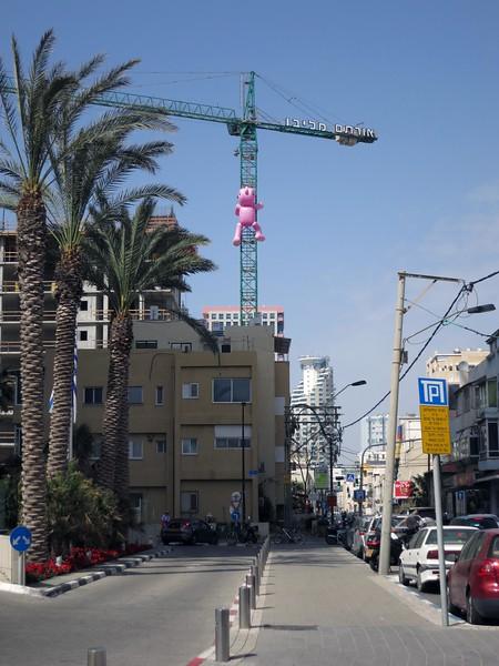 With a glance northward. On the crane: אורתם-מליבו  (Ortam Malibu)