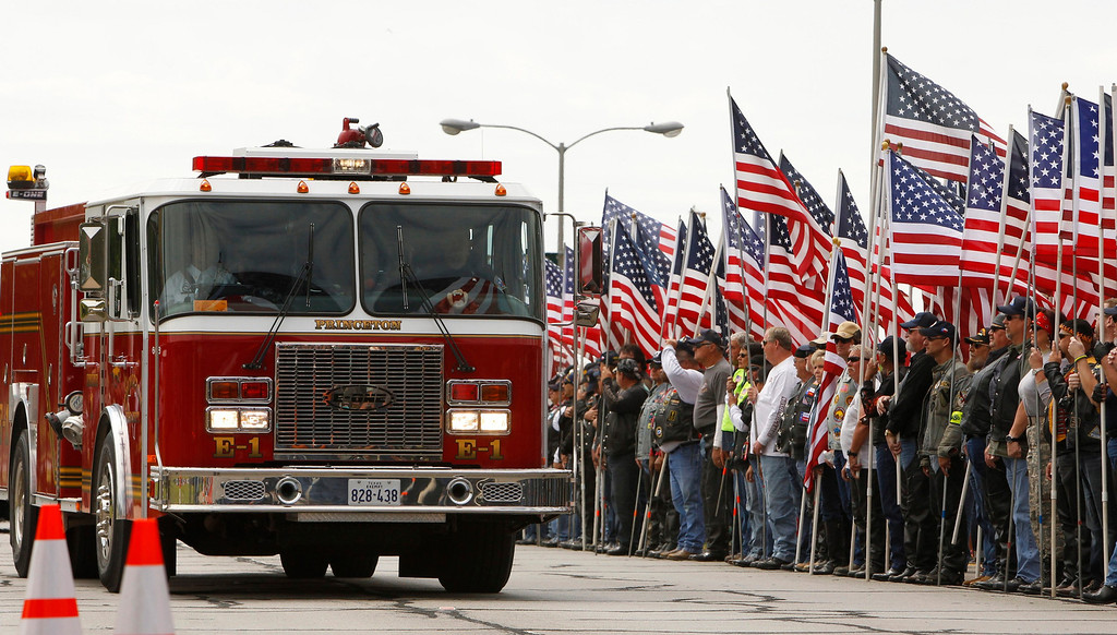 . Crowds line the street in front of the Ferrell Center to watch a procession of fire trucks and emergency vehicles before a memorial service for the victims of the West, Texas fertilizer plant explosion last week, at Baylor University in Waco, Texas, April 25, 2013.  REUTERS/Richard Rodriguez