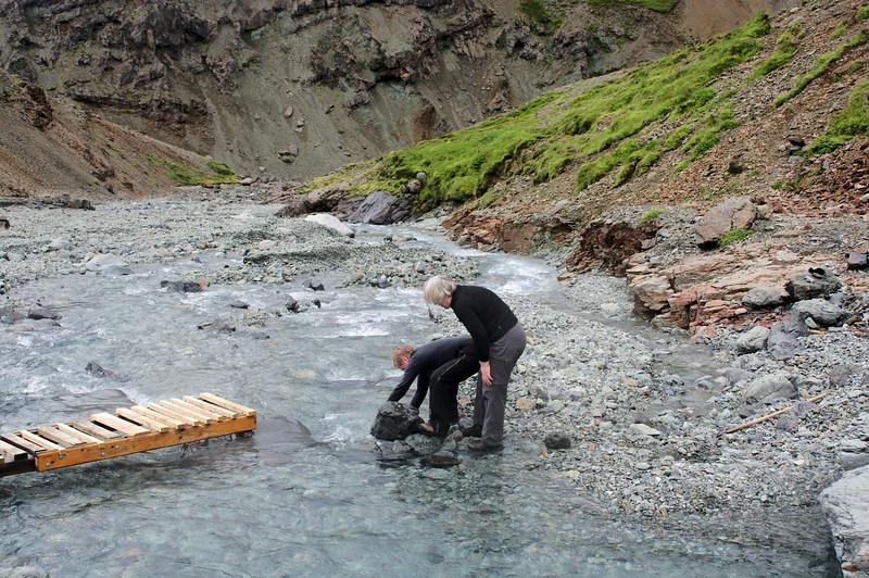 Landvörðurinn og skálavörðurinn huga að nýju brúarstæði