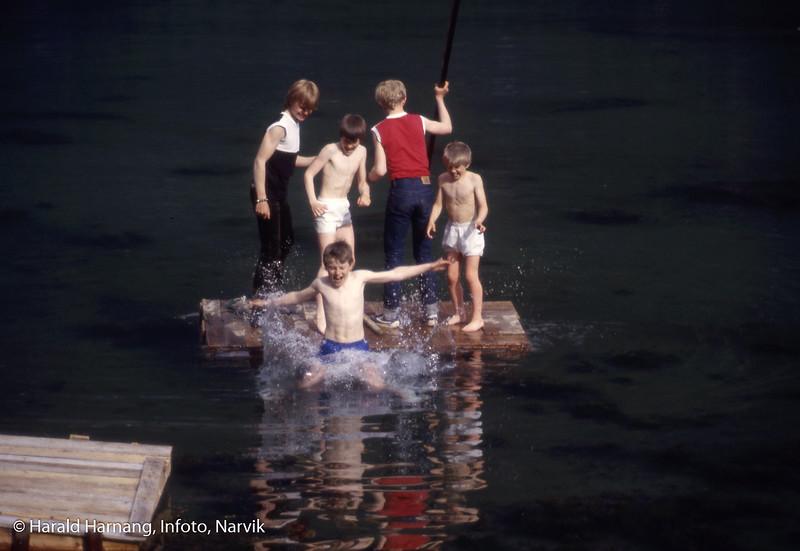 Barn som leker på hjemmelaget flåte i Sør-Skjomen, antatt sommeren 1984.