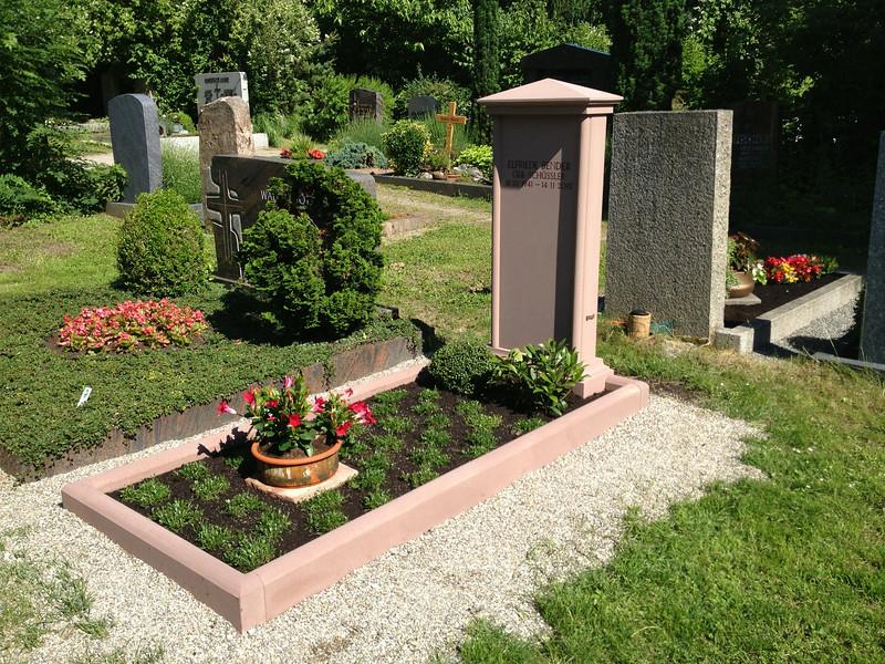 Historisches Grabmal aus Sandstein