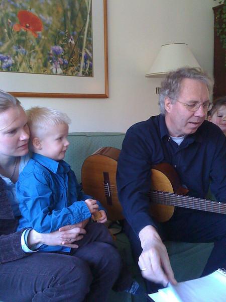 Opa speelt gitaar.jpg