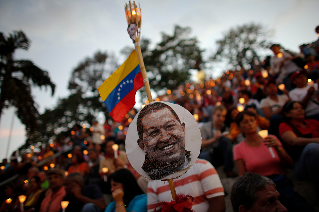 . People hold lit candles during a praying ceremony for the health of Venezuelan President Hugo Chavez in Caracas February 22, 2013. Venezuela\'s cancer-stricken president, Hugo Chavez, is still suffering respiratory problems after surgery in Cuba two months ago, the government said on Thursday in a sombre first communique since his homecoming this week. REUTERS/Jorge Silva