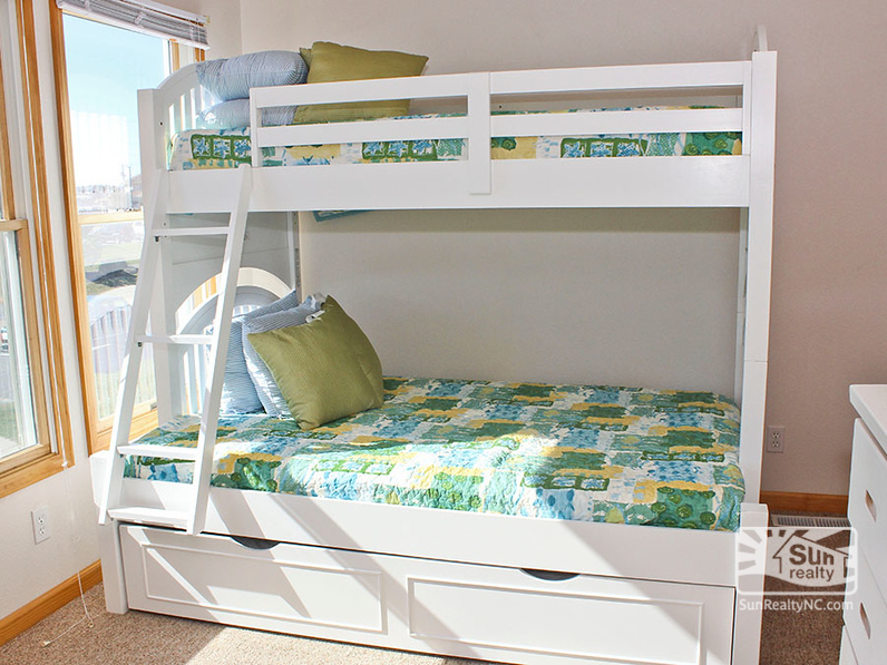 Pyramid Bunk Bedroom with Trundle
