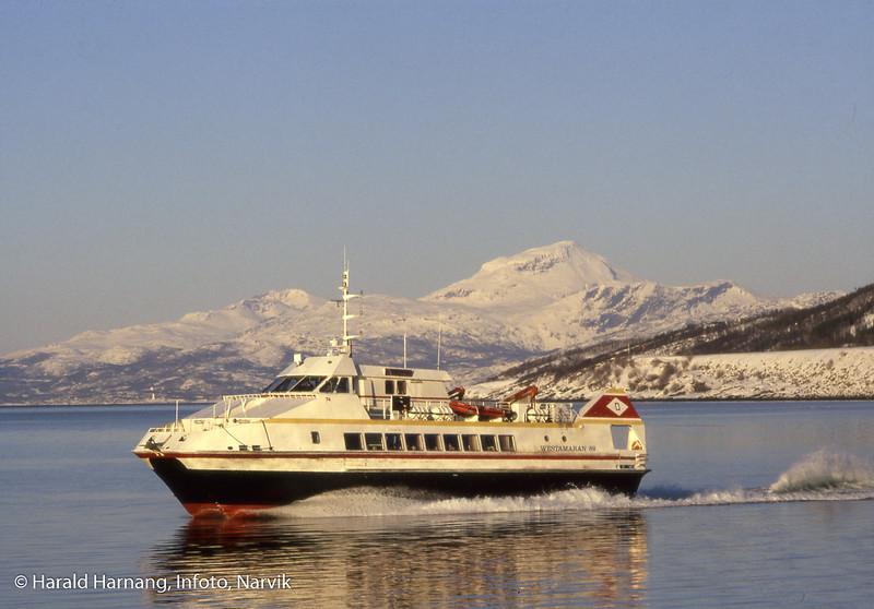 Katamaran, MS Skogøy, på tur ut fra Narvik havn. Bilder tatt til markeds-bruk. Mener å huske at jeg fikk båten til å gå forbi to-tre ganger, før den satte kursen ut mot Svolvær.