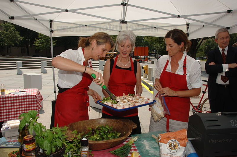 800px-Secretary_Kathleen_Sebelius_participates_in_a_cooking_demonstration_at_the_new_FRESHFARM_Market_outside_the_U.S._Department_of_Health_and_Human_Services.jpg