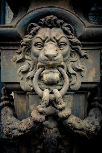recoleta-lion-doorknob_5735145217_o.jpg