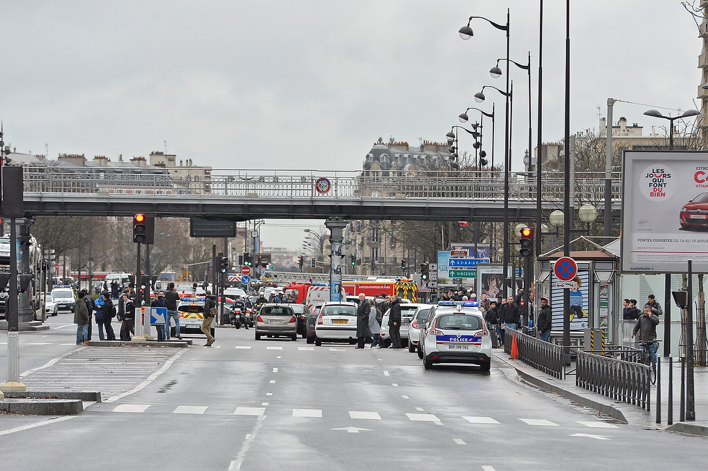 . Traffic is stopped as police mobilize with reports of a hostage situation at Port de Vincennes on January 9, 2015 in Paris, France. According to reports at least five people have been taken hostage in a kosher deli in the Port de Vincennes area of Paris. A huge manhunt for the two suspected gunmen in Wednesday\'s deadly attack on Charlie Hebdo magazine has entered its third day.  (Photo by Aurelien Meunier/Getty Images)