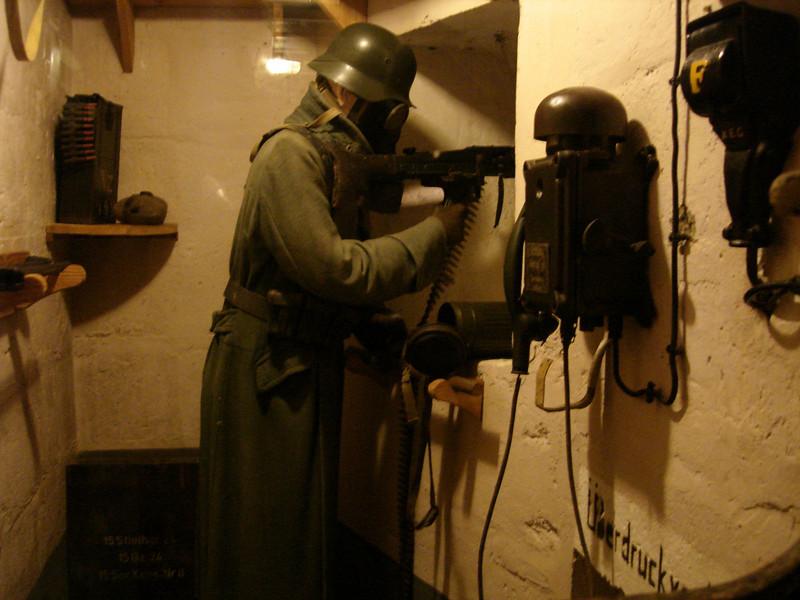 het interieur van de bunker is volledig gerestaureerd en ziet eruit zoals het was in 1944 ...