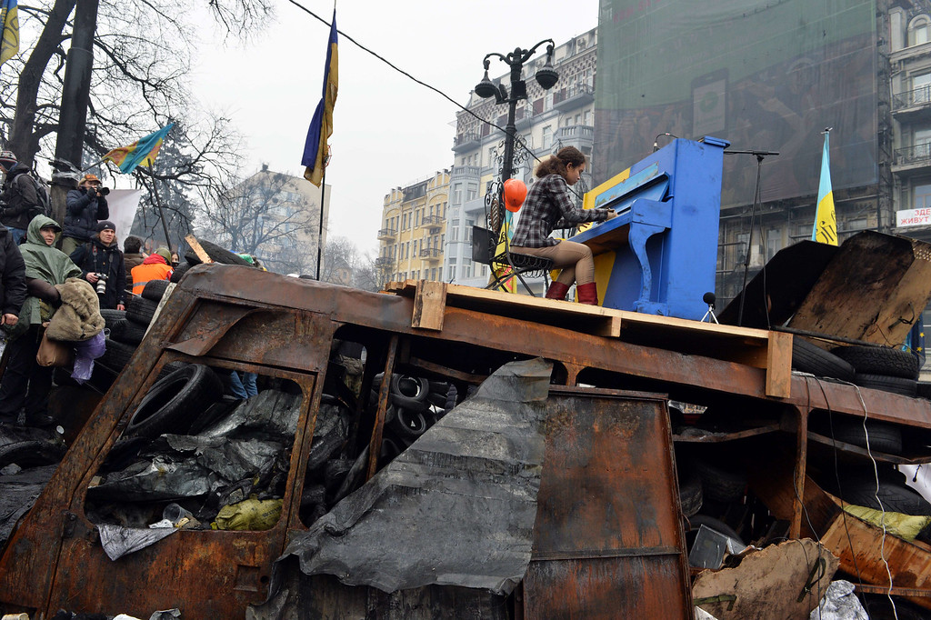. A Ukrainian artist plays the piano set on the anti-government opposition  barricade in Kiev during a concert organized for the activists and for the policemen on February 10, 2014. AFP PHOTO/ SERGEI SUPINSKY/AFP/Getty Images