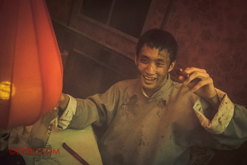 Halloween Horror Nights 6 - Hu Li's Inn / Smoking patron having a good time