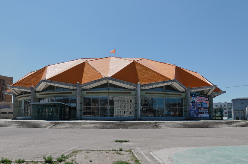 Der Circus sieht etwas renovierungsbedürftig aus.