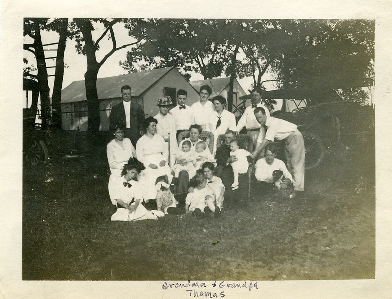 Grandma & pa Thomas & family.jpg