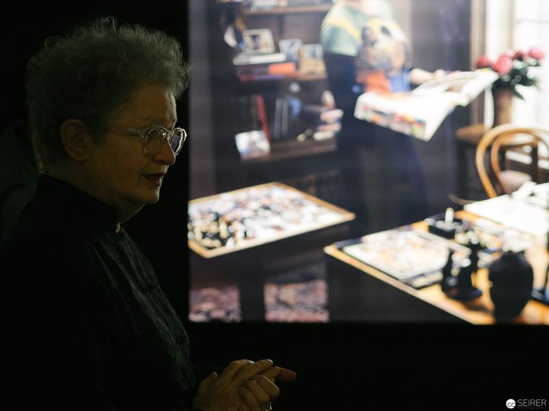 """Lisl Ponger führt durch ihre Ausstellung """"The Master Narrative"""" im Weltmuseum"""