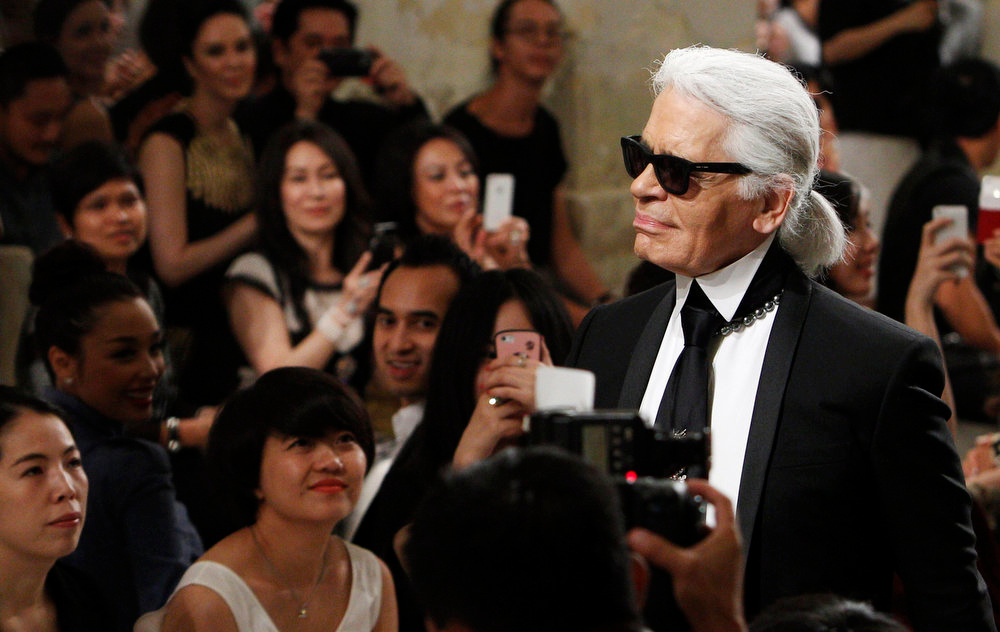 . Designer Karl Lagerfeld acknowledges the audience as he walks down the runway after his Chanel\'s Cruise 2013/2014 Collection fashion show in Singapore May 9, 2013.  REUTERS/Edgar Su