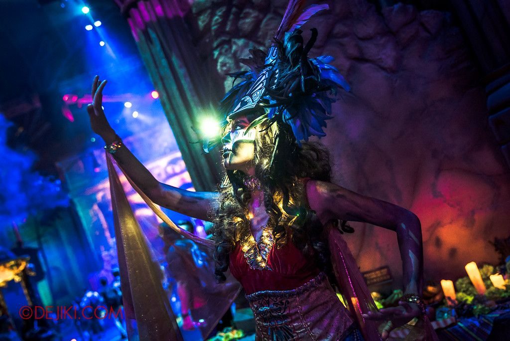 Halloween Horror Nights 6 - March of the Dead scare zone / Warrior Priestess by R side