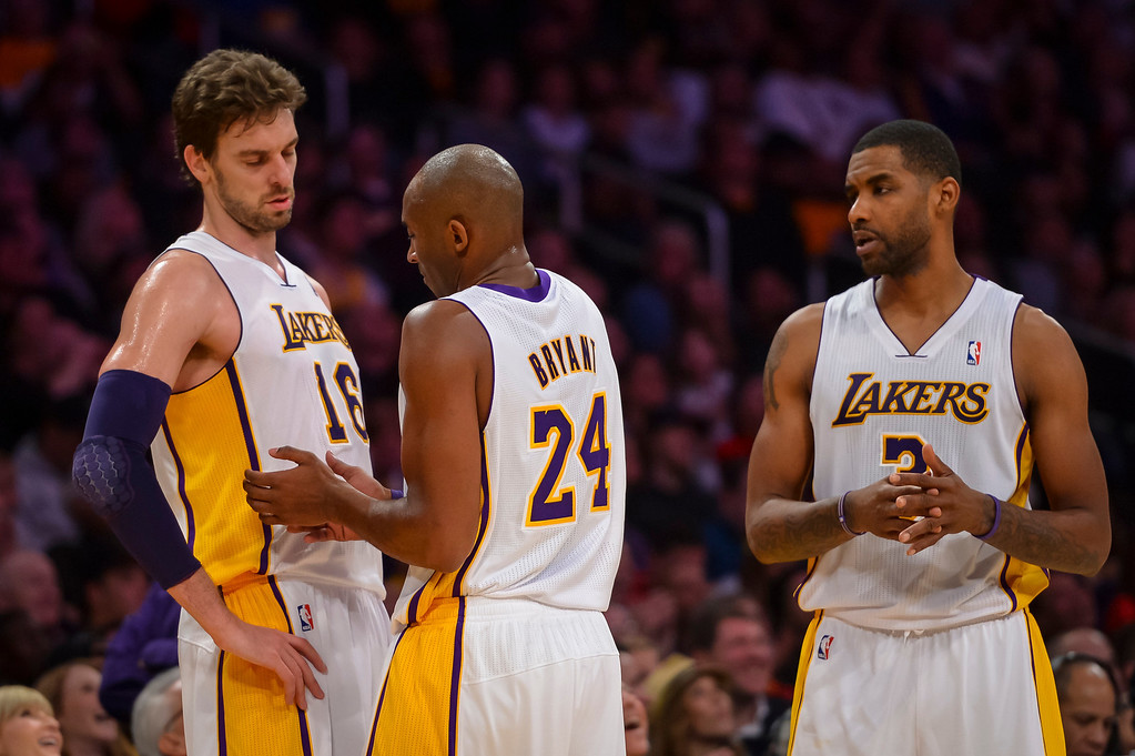 . Lakers� Kobe Bryant talks with Pau Gasol and Shawne Williams during first half action at Staples Center Sunday, December 8, 2013.   ( Photo by David Crane/Los Angeles Daily News )