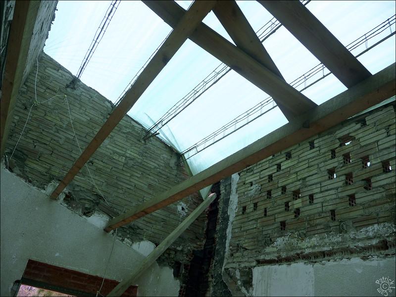 Le toit s'envole!!! Les poutres étaient faites d'un béton à problème (aluminosis), le toit fuyait un peu de partout, les tuiles étaient à changer et il n'y avait pas d'isolation. On retire tout et on recommence.... Ca nous a tout de même fait un peu peur de se retrouver avec la maison dans cet état!!!