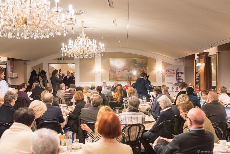 Volles Haus im Café Residenz zur Pressekonferenz