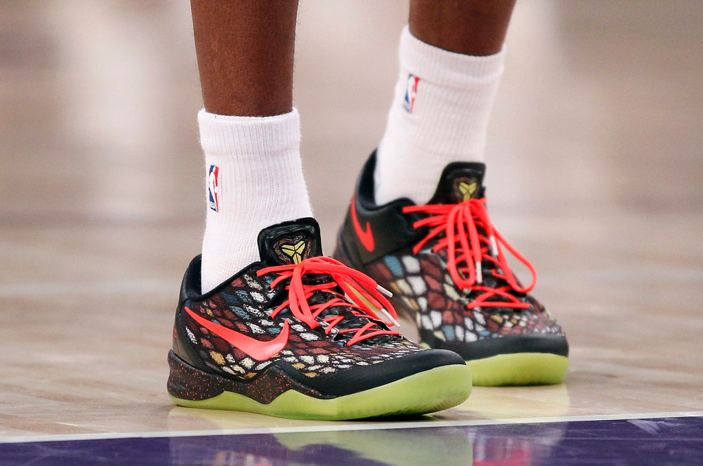 . Los Angeles Lakers\' Kobe Bryant wears a Christmas Day holiday season version of the Nike Kobe 8 System basketball shoes, during the NBA basketball game against the New York Knicks in Los Angeles December 25, 2012. REUTERS/Danny Moloshok