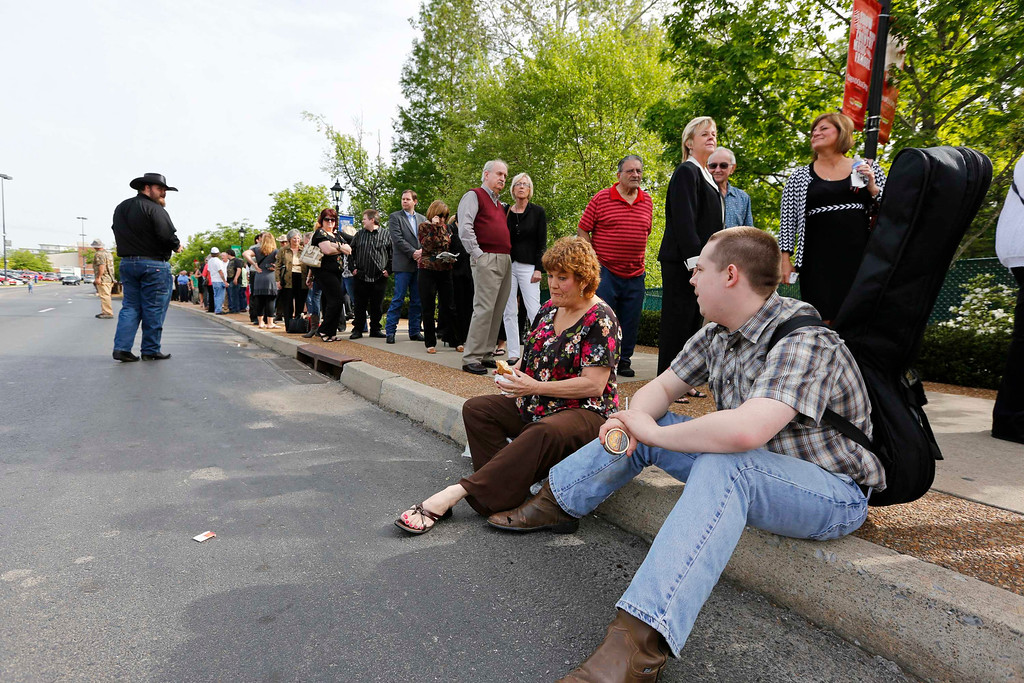 . Taylor Whitman (R) and Cindy Fann wait in line for the public memorial service for country music legend George Jones at the Grand Ole Opry House in Nashville, Tennessee, May 2, 2013. REUTERS/Harrison McClary