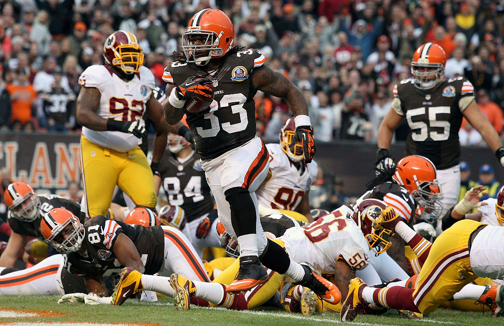 . Cleveland Browns Trent Richardson (33) runs into the endzone for a touchdown during the second quarter of their NFL football game against the Washington Redskins in Cleveland, Ohio December 16, 2012. REUTERS/Aaron Josefczyk