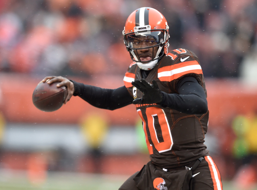 . Cleveland Browns quarterback Robert Griffin III looks to throw in the second half of an NFL football game against the Cincinnati Bengals, Sunday, Dec. 11, 2016, in Cleveland. (AP Photo/David Richard)