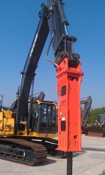 NPK GH9 hydraulic hammer on 225D Deere excavator (10).jpg