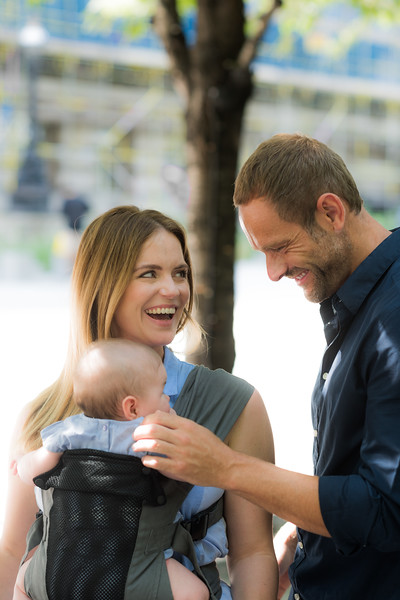 Izmi_Baby_Carrier_Breeze_Mid_Grey_Lifestyle_Front_Carry_Mum_Looking_At_Dad_Laughing.jpg