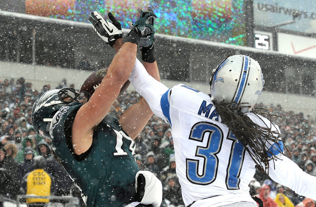 . Philadelphia Eagles\' Riley Cooper, left, cannot catch a pass in the end zone as Detroit Lions\' Rashean Mathis defends during the first half of an NFL football game, Sunday, Dec. 8, 2013, in Philadelphia. (AP Photo/Michael Perez)
