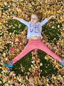 2016-10-23 – Aili & Estee enjoying Fall at Grandpa's