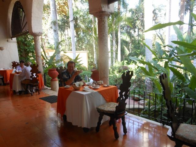 mexico-breakfast-veranda-hacienda-chichen
