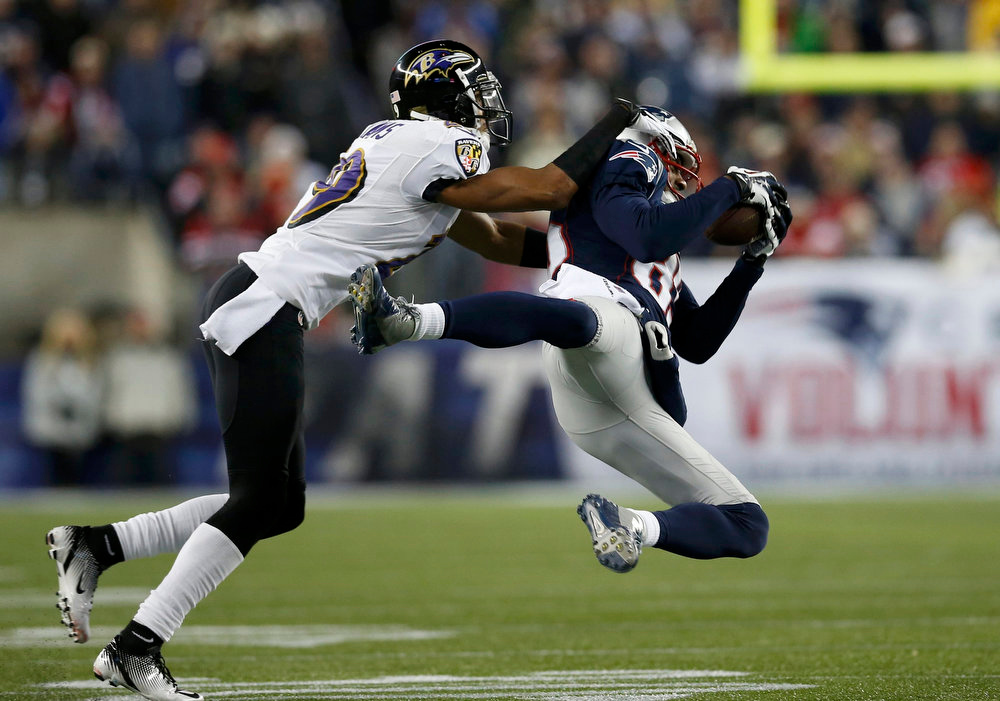 . New England Patriots wide receiver Brandon Lloyd (85) pulls in a catch in the first quarter against Baltimore Ravens\' Cary Williams in the first half of the NFL AFC Championship football game in Foxborough, Massachusetts, January 20, 2013. REUTERS/Jim Young
