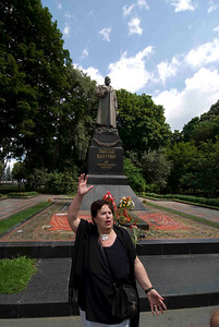 Our guide Ludmila standing in front of the statue of one of the great worldwar II heroes of the Ukriane.