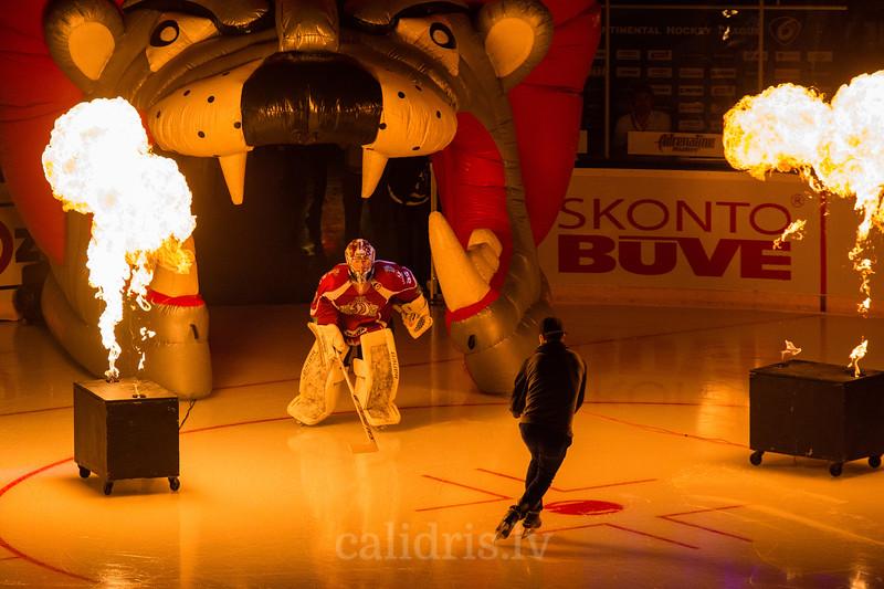 Mikael Tellqvist izslido uz ledus spēles atklāšanas ceremonijā