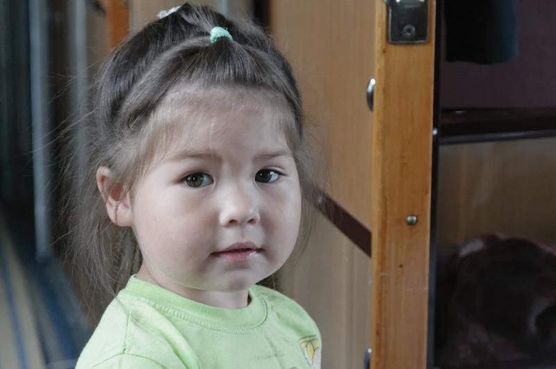 Ein kleinens Mädchen aus dem Nachbarabteil möchte gerne mit Richard spielen.