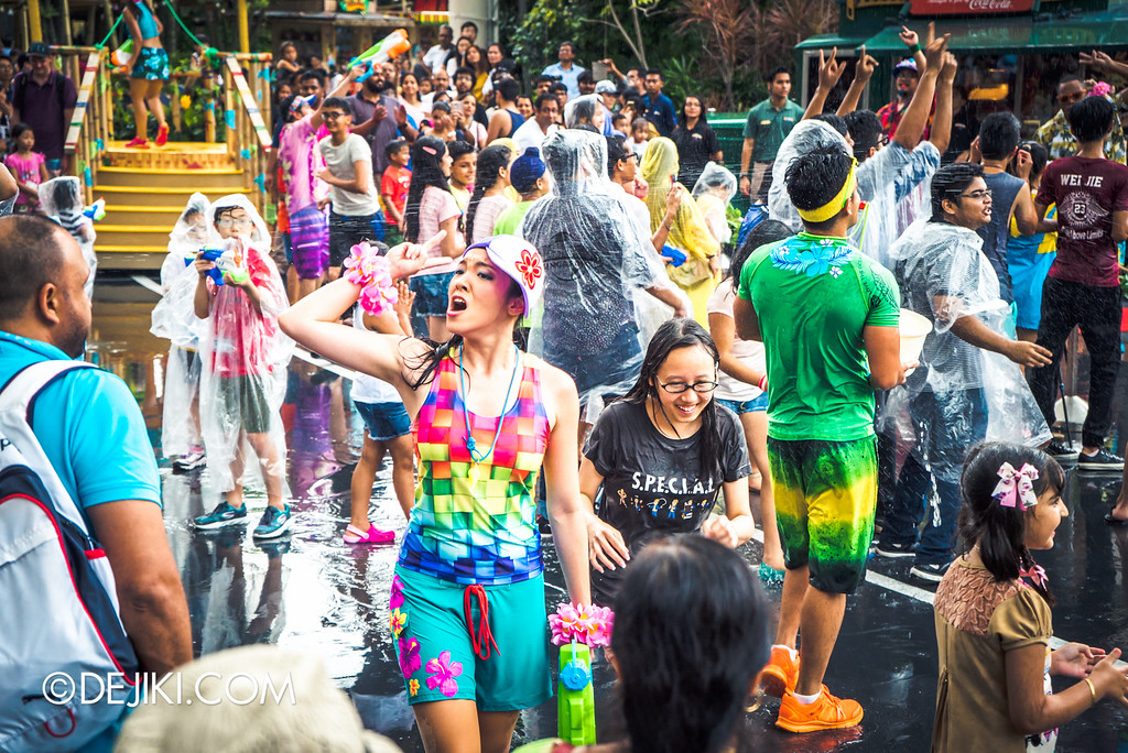 Universal Studios Singapore - Park Update May 2016 / Universal Studios Singapore Soak Out - Dancer girl in the crowd