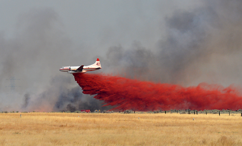 Convair CV580 building a line of retardant - Omak Washington wildfire photo by Al Camp - Omak Chronicle.png