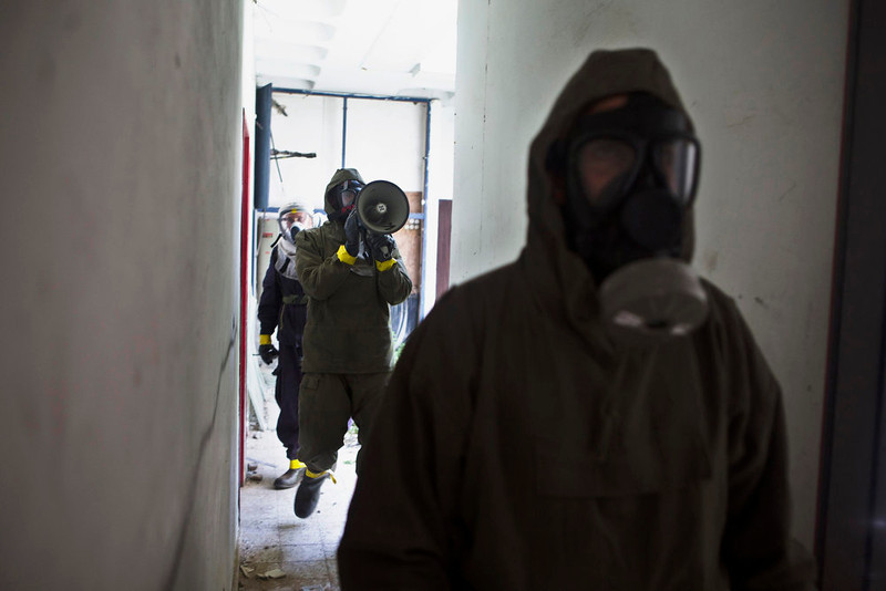 . Israeli soldiers, wearing protective gear, search a building for survivors during a drill simulating a chemical attack in Azur, near Tel Aviv May 28, 2013. Israel continued on Tuesday with its annual home front defense exercise, launched on Monday, preparing soldiers and civilians for missile attacks. REUTERS/Nir Elias