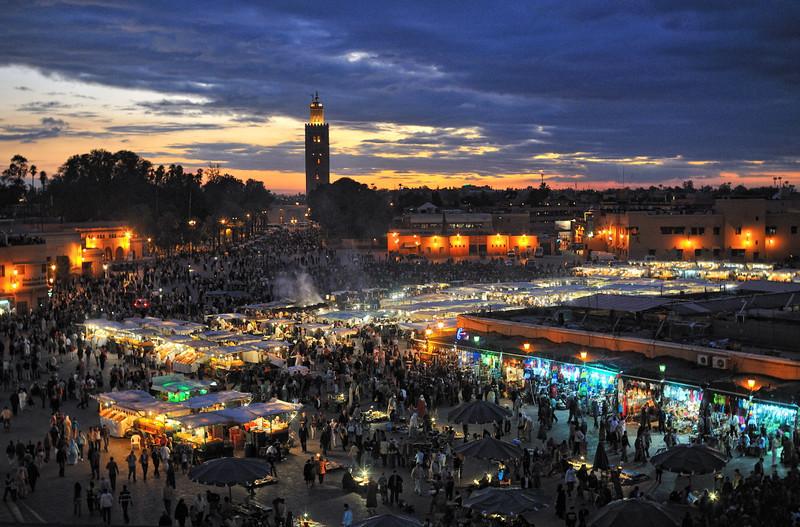 Abendstimmung auf dem Djema el Fna, Garküchen, im Hintergrund Koutoubia-Moschee